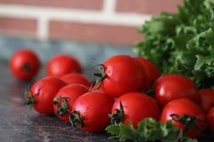 Φρέσκες φωτεινές και juicy ντομάτες στην κουζίνα Στοκ φωτογραφίες με δικαίωμα ελεύθερης χρήσης