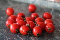 Φρέσκες φωτεινές και juicy ντομάτες στην κουζίνα Στοκ Φωτογραφίες