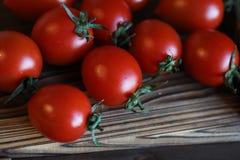 Φρέσκες φωτεινές και juicy ντομάτες στην κουζίνα Στοκ εικόνες με δικαίωμα ελεύθερης χρήσης