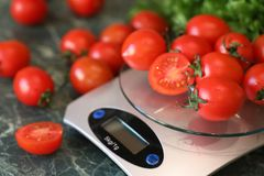 Φρέσκες φωτεινές και juicy ντομάτες στην κουζίνα Στοκ Φωτογραφία