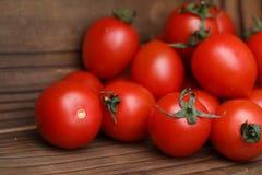 Φρέσκες φωτεινές και juicy ντομάτες στην κουζίνα Στοκ Εικόνες