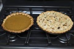 Φρέσκες ψημένες κολοκύθα και πίτα της Apple στο φούρνο στην κουζίνα Στοκ Φωτογραφίες