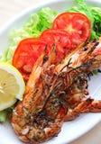 Φρέσκες ψημένες στη σχάρα γαρίδες με τις ντομάτες, την πράσινα σαλάτα και το λεμόνι Στοκ Φωτογραφία
