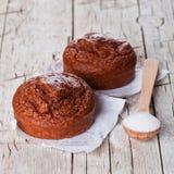 Φρέσκες ψημένες browny κέικ και ζάχαρη Στοκ φωτογραφία με δικαίωμα ελεύθερης χρήσης