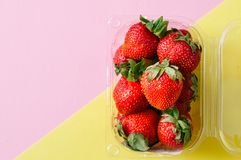 Φρέσκες ώριμες φράουλες στο υπόβαθρο τόνου διδύμου διάστημα αντιγράφων over στοκ φωτογραφίες