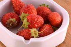 Φρέσκες ώριμες φράουλες σε ένα εκλεκτής ποιότητας υπόβαθρο Στοκ εικόνα με δικαίωμα ελεύθερης χρήσης