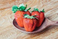 Φρέσκες ώριμες φράουλες σε ξύλινο Στοκ εικόνα με δικαίωμα ελεύθερης χρήσης