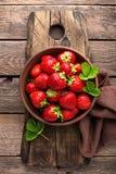 Φρέσκες juicy φράουλες με τα φύλλα Φράουλα στοκ εικόνα
