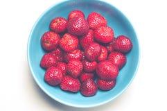 Φρέσκες, juicy φράουλες σε ένα κύπελλο Στοκ Εικόνα