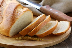 Φρέσκια άσπρη φραντζόλα του ψωμιού στοκ φωτογραφίες