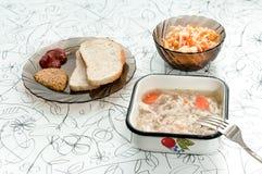 Φρέσκια έκχυση σε έναν ελαφρύ πίνακα με τη μουστάρδα, κέτσαπ, ψωμί Στοκ Φωτογραφία