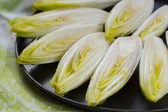 Φρέσκια ακατέργαστη βελγική πικρή σαλάτα ραδικιού έτοιμη να μαγειρεψει στοκ φωτογραφία