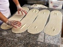 Φρέσκια ακατέργαστη ζύμη με τα χέρια των ατόμων από το αρτοποιείο Στοκ φωτογραφία με δικαίωμα ελεύθερης χρήσης