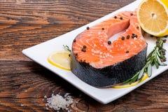 Φρέσκια ακατέργαστη μπριζόλα ψαριών σολομών κόκκινη με τα χορτάρια, καρυκεύματα Στοκ Φωτογραφίες