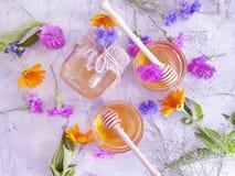 Φρέσκια ανανέωση λουλουδιών μελιού στο γκρίζο συγκεκριμένο επιδόρπιο υποβάθρου στοκ εικόνες