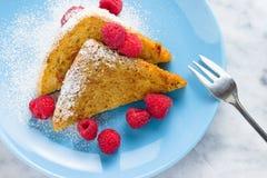 Φρέσκια γαλλική φρυγανιά με τα σμέουρα στο μπλε πιάτο Στοκ Εικόνα