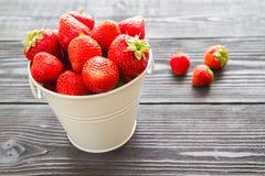Φρέσκια γλυκιά φράουλα στο ξύλινο υπόβαθρο Στοκ φωτογραφίες με δικαίωμα ελεύθερης χρήσης
