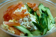 Φρέσκια ελαφριά σαλάτα των αγγουριών, ντομάτες, λάχανο, καρύδια στοκ φωτογραφία με δικαίωμα ελεύθερης χρήσης