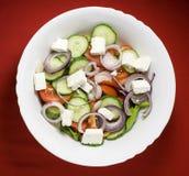 Φρέσκια ελληνική σαλάτα με το ελαιόλαδο Στοκ εικόνα με δικαίωμα ελεύθερης χρήσης