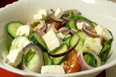 Φρέσκια ελληνική σαλάτα με το ελαιόλαδο Στοκ Εικόνες