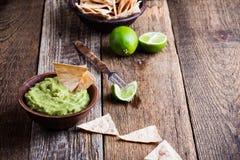 Φρέσκια εμβύθιση guacamole με το χυμό ασβέστη και τα χειροποίητα nachos στοκ εικόνες