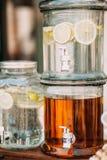 Φρέσκια λεμονάδα εσπεριδοειδών με τα λεμόνια στο διανομέα ποτών Στοκ φωτογραφίες με δικαίωμα ελεύθερης χρήσης