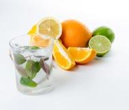φρέσκια λεμονάδα Φρούτα Πορτοκαλής ασβέστης λεμονιών και πράσινη μέντα Στοκ φωτογραφίες με δικαίωμα ελεύθερης χρήσης