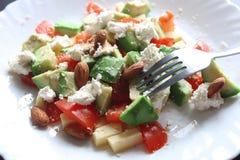 Φρέσκια εύγευστη μεσογειακή σαλάτα αβοκάντο Στοκ Φωτογραφία
