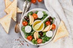 Φρέσκια εύγευστη σαλάτα τυριών αιγών ` s με το μαρούλι, ντομάτες κερασιών, Apple, ελιές της Καλαμάτας Στοκ εικόνες με δικαίωμα ελεύθερης χρήσης