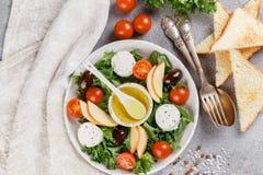 Φρέσκια εύγευστη σαλάτα τυριών αιγών ` s με το μαρούλι, ντομάτες κερασιών, Apple, ελιές της Καλαμάτας Στοκ φωτογραφίες με δικαίωμα ελεύθερης χρήσης