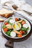 Φρέσκια εύγευστη σαλάτα τυριών αιγών ` s με το μαρούλι, ντομάτες κερασιών, Apple, ελιές της Καλαμάτας Στοκ φωτογραφία με δικαίωμα ελεύθερης χρήσης
