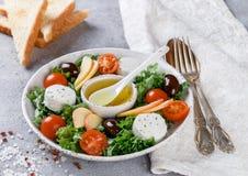 Φρέσκια εύγευστη σαλάτα τυριών αιγών ` s με το μαρούλι, ντομάτες κερασιών, Apple, ελιές της Καλαμάτας Στοκ Εικόνες