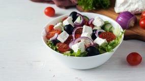 Φρέσκια ελληνική σαλάτα σε ένα άσπρο κύπελλο Στοκ Εικόνα