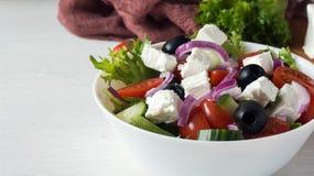 Φρέσκια ελληνική σαλάτα σε ένα άσπρο κύπελλο Στοκ εικόνα με δικαίωμα ελεύθερης χρήσης