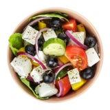 Φρέσκια ελληνική σαλάτα στο κύπελλο αργίλου στοκ φωτογραφία με δικαίωμα ελεύθερης χρήσης