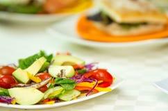 Φρέσκια ζωηρόχρωμη σαλάτα κινηματογραφήσεων σε πρώτο πλάνο με το πορφυρές λάχανο, το αβοκάντο και την ντομάτα μικτά από κοινού Στοκ Φωτογραφία