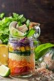 Φρέσκια ζωηρόχρωμη σαλάτα στο βάζο Στοκ φωτογραφίες με δικαίωμα ελεύθερης χρήσης