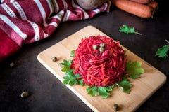 Φρέσκια ζωηρόχρωμη σαλάτα: τεύτλα, καρότα, λάχανο που εξυπηρετείται σε έναν ξύλινο Στοκ Εικόνες