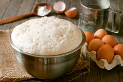 Φρέσκια ζύμη ζύμης με τα αυγά Στοκ Φωτογραφίες