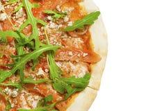 Φρέσκια ιταλική κλασική αρχική πίτσα με το σολομό και arugula που απομονώνεται στο άσπρο υπόβαθρο Επίπεδος βάλτε, τοπ άποψη Στοκ Εικόνες