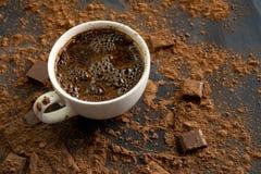 φρέσκια καυτή βράζοντας στον ατμό σοκολάτα σε ένα φλυτζάνι, έναν φραγμό σοκολάτας και ένα κακάο στους σκοτεινούς πίνακες στοκ φωτογραφίες με δικαίωμα ελεύθερης χρήσης
