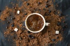 φρέσκια καυτή βράζοντας στον ατμό σοκολάτα σε ένα φλυτζάνι, έναν φραγμό σοκολάτας και ένα κακάο στους σκοτεινούς πίνακες στοκ εικόνες
