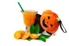 Φρέσκια κινεζική πορτοκαλιά περικοπή και χυμός από πορτοκάλι με την κούκλα κολοκύθας στην ημέρα αποκριών στοκ φωτογραφίες με δικαίωμα ελεύθερης χρήσης