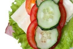Φρέσκια κινηματογράφηση σε πρώτο πλάνο σάντουιτς με το ζαμπόν, μαρούλι, φέτες του τυριού, αγγούρι στοκ φωτογραφίες