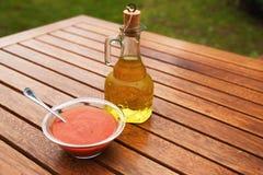 Φρέσκια κόκκινη σάλτσα ντοματών με το πετρέλαιο Στοκ Φωτογραφίες