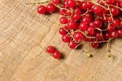 Φρέσκια κόκκινη σταφίδα σε έναν ξύλινο πίνακα Η έννοια των φυσικών τροφίμων Στοκ Εικόνα