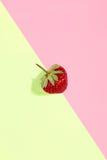 Φρέσκια κόκκινη φράουλα που απομονώνεται στο ρόδινος-κίτρινο υπόβαθρο Στοκ Εικόνα