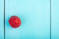 Φρέσκια κόκκινη φράουλα στο μπλε ξύλο Στοκ εικόνες με δικαίωμα ελεύθερης χρήσης
