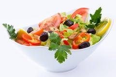 Φρέσκια μεσογειακή σαλάτα που καρυκεύεται με το έλαιο και oregano καθαρών ελιών Στοκ φωτογραφία με δικαίωμα ελεύθερης χρήσης