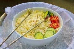 Φρέσκια μικτή σαλάτα άνοιξη με πράσινο, τις ντομάτες και την πάπρικα Στοκ εικόνα με δικαίωμα ελεύθερης χρήσης